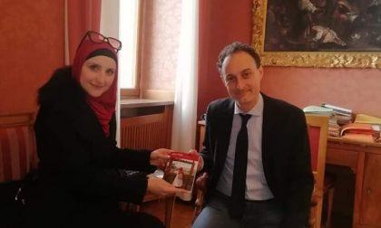Belluno: Assia Belhadj consegna una copia del suo libro al sindaco