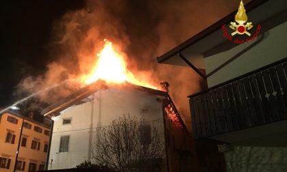 Ospitale di Cadore, le fiamme divorano il tetto di un'abitazione