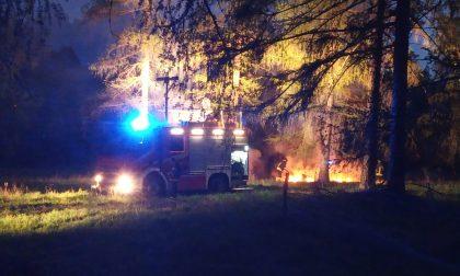 Noach, piromane incendia balle di fieno all'alba: sul posto i vigili del Fuoco