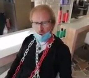 Parrucchieri padovani si incatenano in negozio: la protesta contro il Governo VIDEO