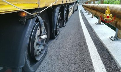 Autoarticolato con le gomme squarciate sull'Alemagna: intervengono i Vigili del Fuoco