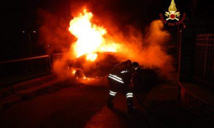 Auto a fuoco a Longarone: i Vigili del fuoco domano le fiamme