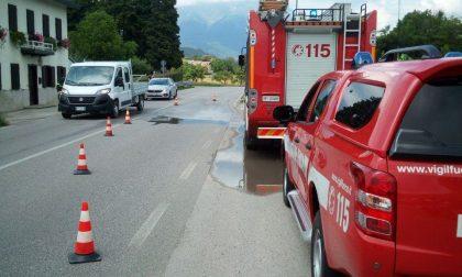 Belluno, i vigili del fuoco intervengono per una perdita d'acqua sulla SS50