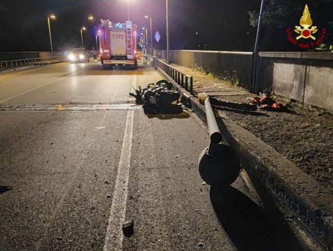 Incidente Belluno, moto fuori strada si schianta contro un palo della luce: due feriti