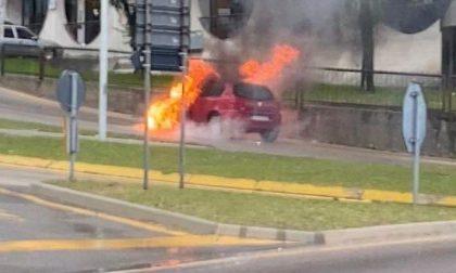 Auto alimentata a gas in fiamme a Longarone, intervengono i Vigili del fuoco – FOTO