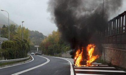 Statale 51 Alemagna, auto in fiamme sul raccordo con l'A27 – FOTO