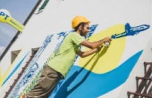 Lo street artist rende opera d'arte un ufficio postale del Bellunese