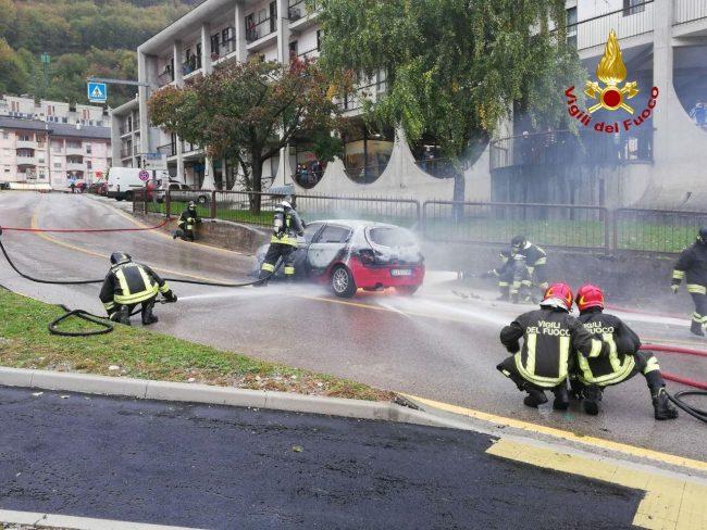 Auto alimentata a gas in fiamme a Longarone, intervengono i Vigili del fuoco - FOTO