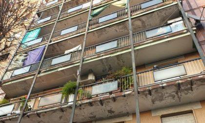 Sindaco vieta a intero condominio di uscire sui balconi