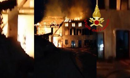 Casa di contrada in fiamme a Feltre, Vigili del fuoco al lavoro tutta la notte – VIDEO