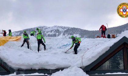 Sgombero neve sui tetti del Comelico: soccorritori da tutto il Veneto al lavoro – FOTO