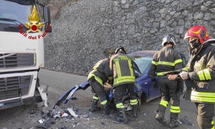 Schianto tra un'auto e un camion a Seren del Grappa: ferita una donna