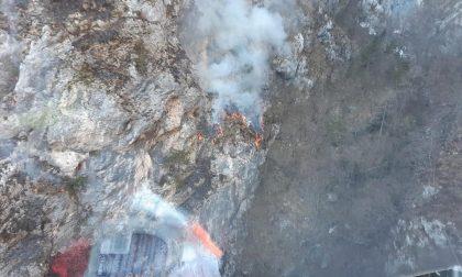 """Incendio Val di Zoldo, Bottacin, """"50 lanci dagli elicotteri e squadre al lavoro anche a terra"""""""