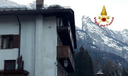 Incendio ad Alleghe: ingenti danni ai piani inferiori di un'abitazione