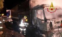 Autocarro in fiamme lungo la SS 51: ricoverato l'autista per aver inalato il fumo