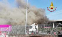 Le foto dell'incendio in un'azienda di stoccaggio e smistamento di rifiuti a Pieve d'Alpago