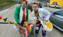 L'attesa al drive-in per la vaccinazione diventa una festa grazie ai sorrisi dei clown
