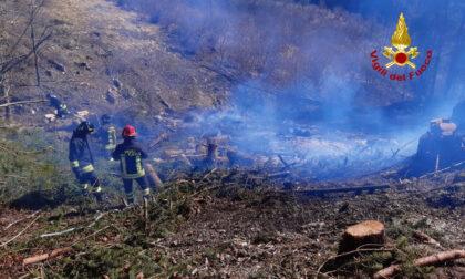 Sterpaglia e sottobosco in fiamme vicino alle abitazioni a Chiesa d'Alpago