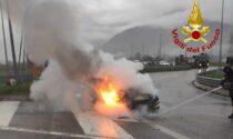 Attimi di paura a Seren del Grappa: auto in fiamme sulla rotatoria
