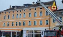 Incendio al quarto piano mansardato di una palazzina a Belluno