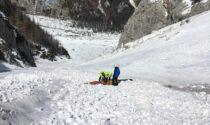 Scialpinista scivola sulla neve dura e cade per alcune decine di metri, è grave