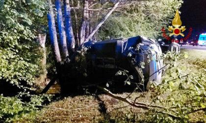 Auto esce di strada e finisce contro gli alberi: un ferito