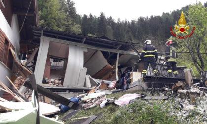 Le impressionanti foto dell'esplosione che ha distrutto una casa: due donne gravi