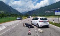 L'auto svolta a sinistra ma si scontra con la moto in fase di sorpasso: ferito centauro