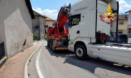 Scoppia lo pneumatico anteriore di un autoarticolato: strada bloccata per ore