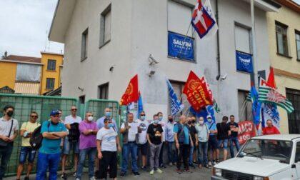 """Ex Embraco, lavoratori sotto la sede della Lega a Torino: """"Giorgetti, vogliamo risposte subito!"""""""