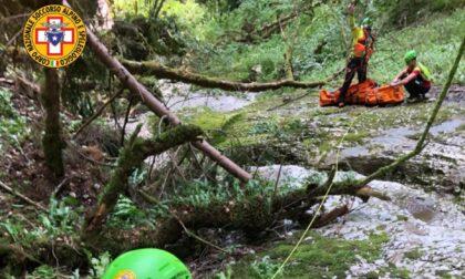 Escursionista ruzzola in una scarpata finendo nel torrente