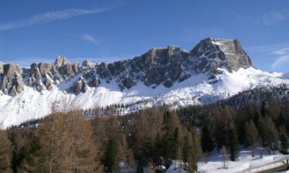 Alpinista 26enne perde l'appiglio e vola dalla parete sui Lastoni di Formin