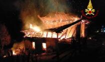 Le foto dell'incendio di una vecchia baita a San Pietro di Cadore