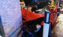 Perde il controllo dell'auto e finisce contro il muro di una casa: 5 feriti