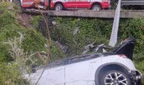 Tremendo scontro tra auto, una finisce in un dirupo
