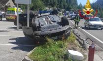 Auto si rovescia dopo lo scontro, tre feriti