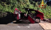 Perde il controllo dell'auto e finisce contro un muretto: due feriti