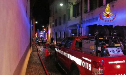 Incendio al primo piano di un appartamento di una palazzina: 12 persone evacuate