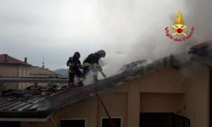 Incendio in una lavanderia di Quero Vas, le immagini dell'intervento dei pompieri